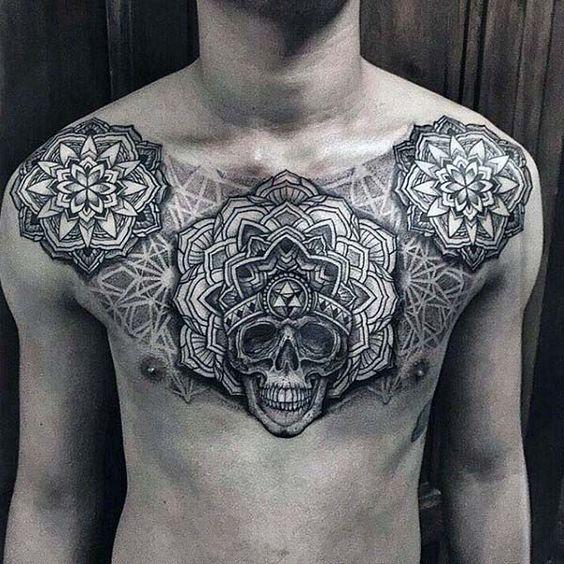 татуювання черепа і ліній на грудях