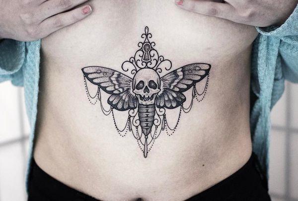 тату бабочки убийцы под грудью