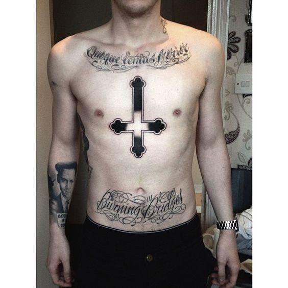 татуировка перевернутого креста на груди