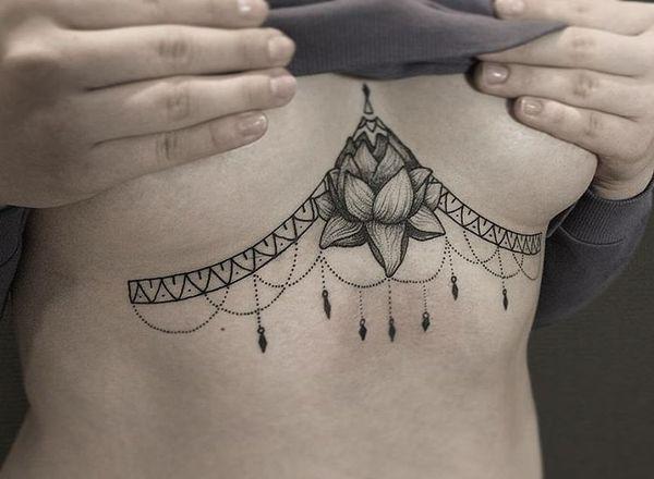 татуировка лотоса и кружева под грудью