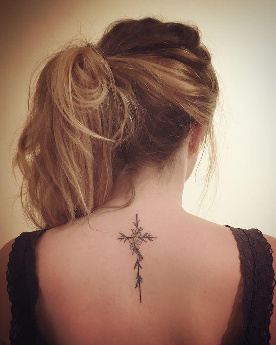 татуировка креста и цветов на спине