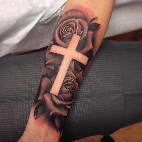 татуировка розы и креста