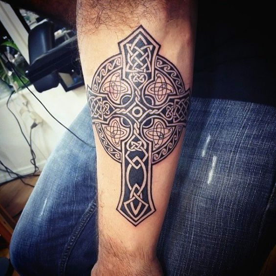 татуировка ирландского креста на руке