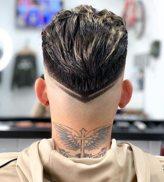 тату с крыльями на шее
