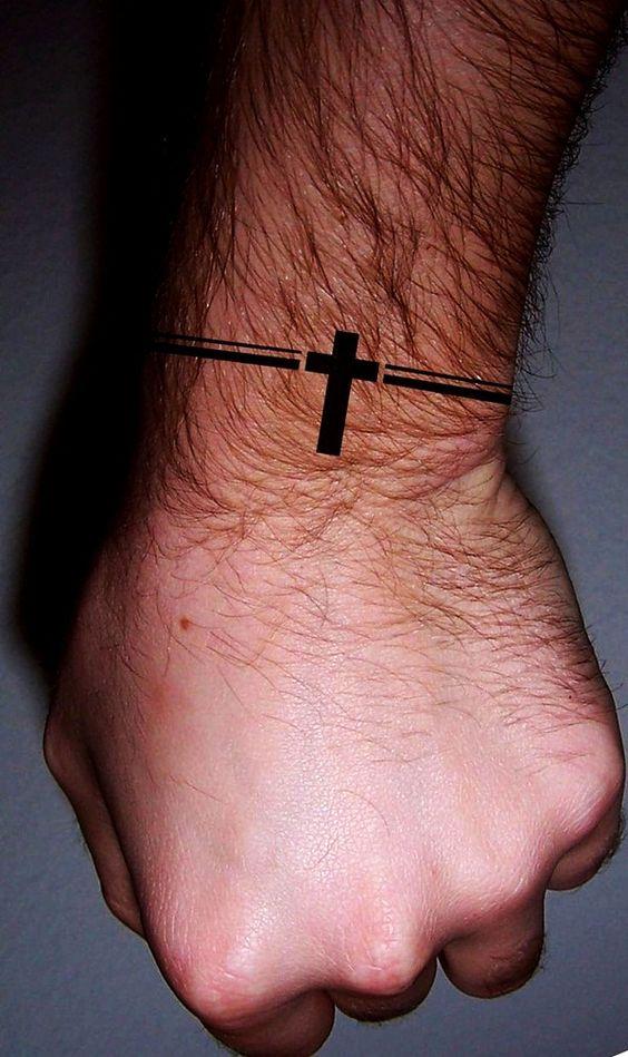 татуировка в виде браслета с крестом