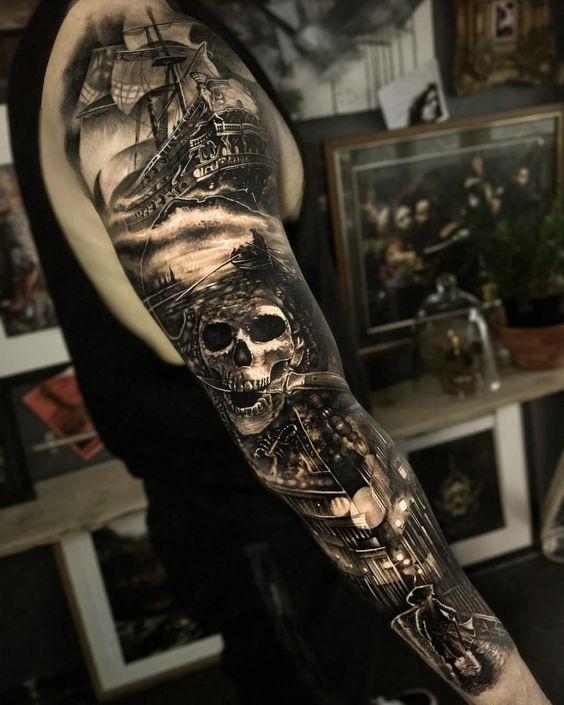 татуировка полного рукава с пиратским черепом