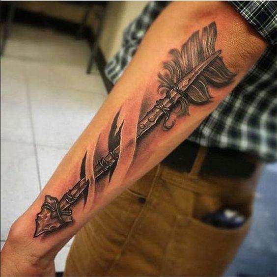 рукав с татуировкой стрелы