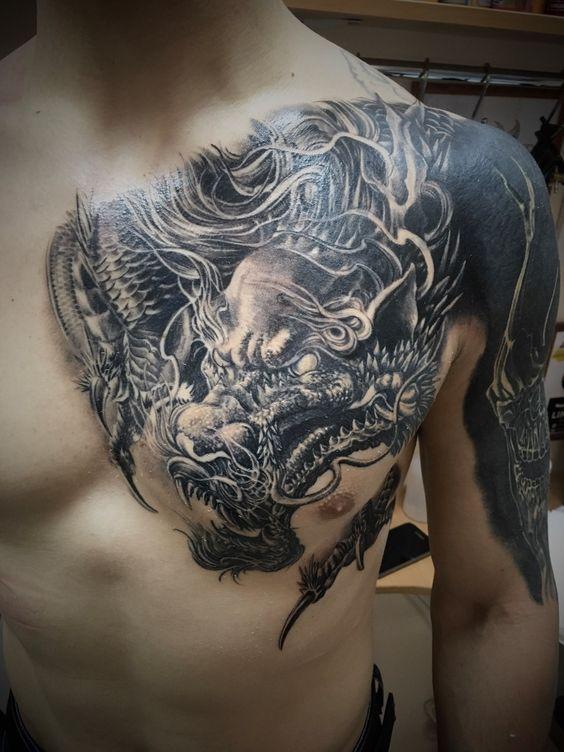 татуювання гарчащого дракона на грудях