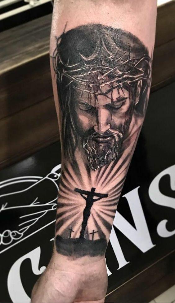татуировка рукава с Иисусом и тремя крестами