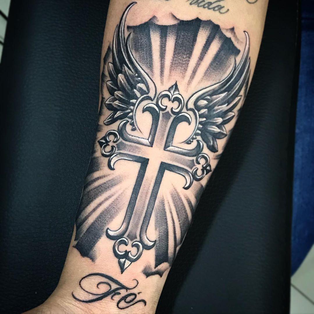 татуировка креста с крыльями