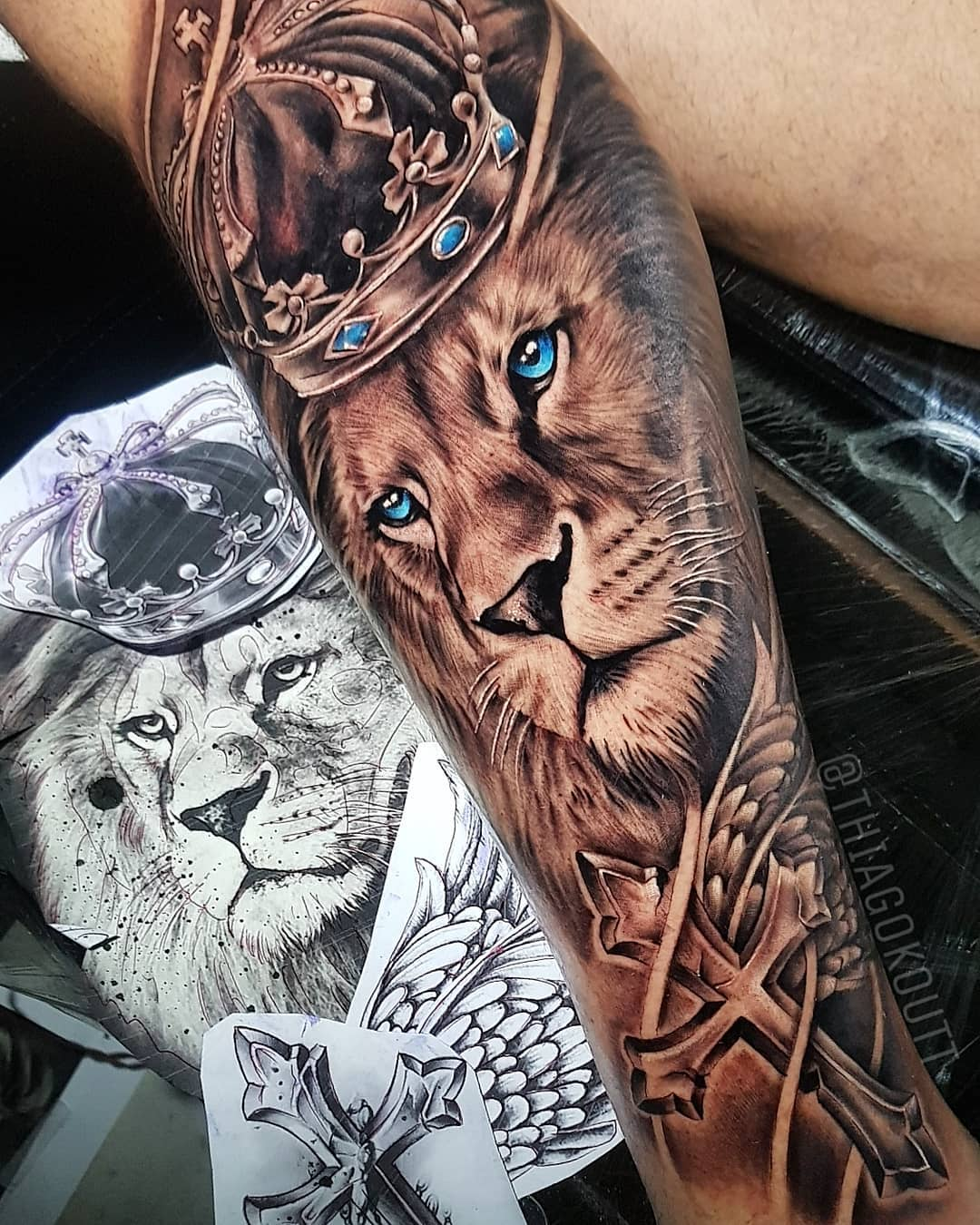 татуировка льва и креста
