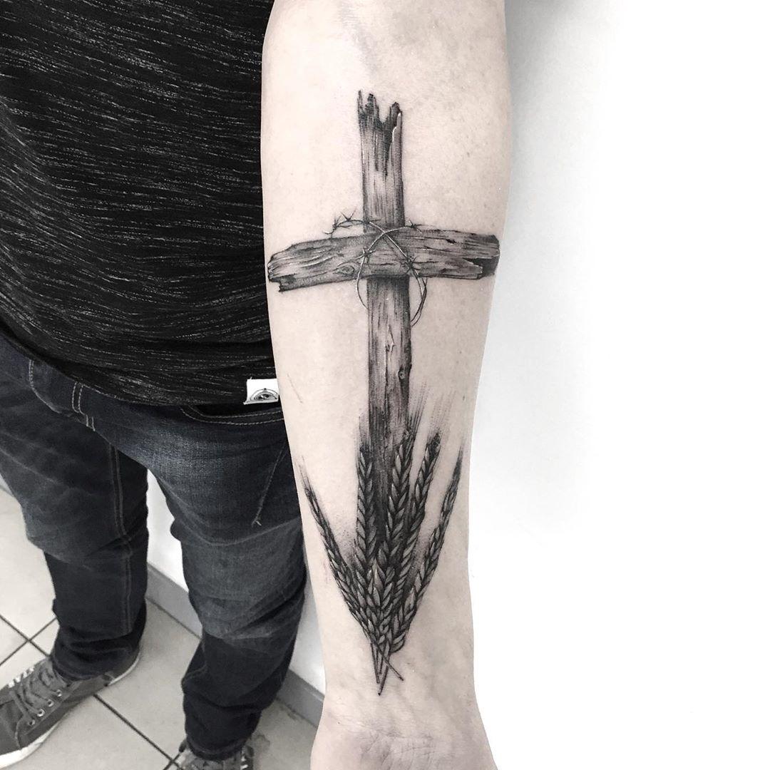 тату деревянного креста с пшеницей
