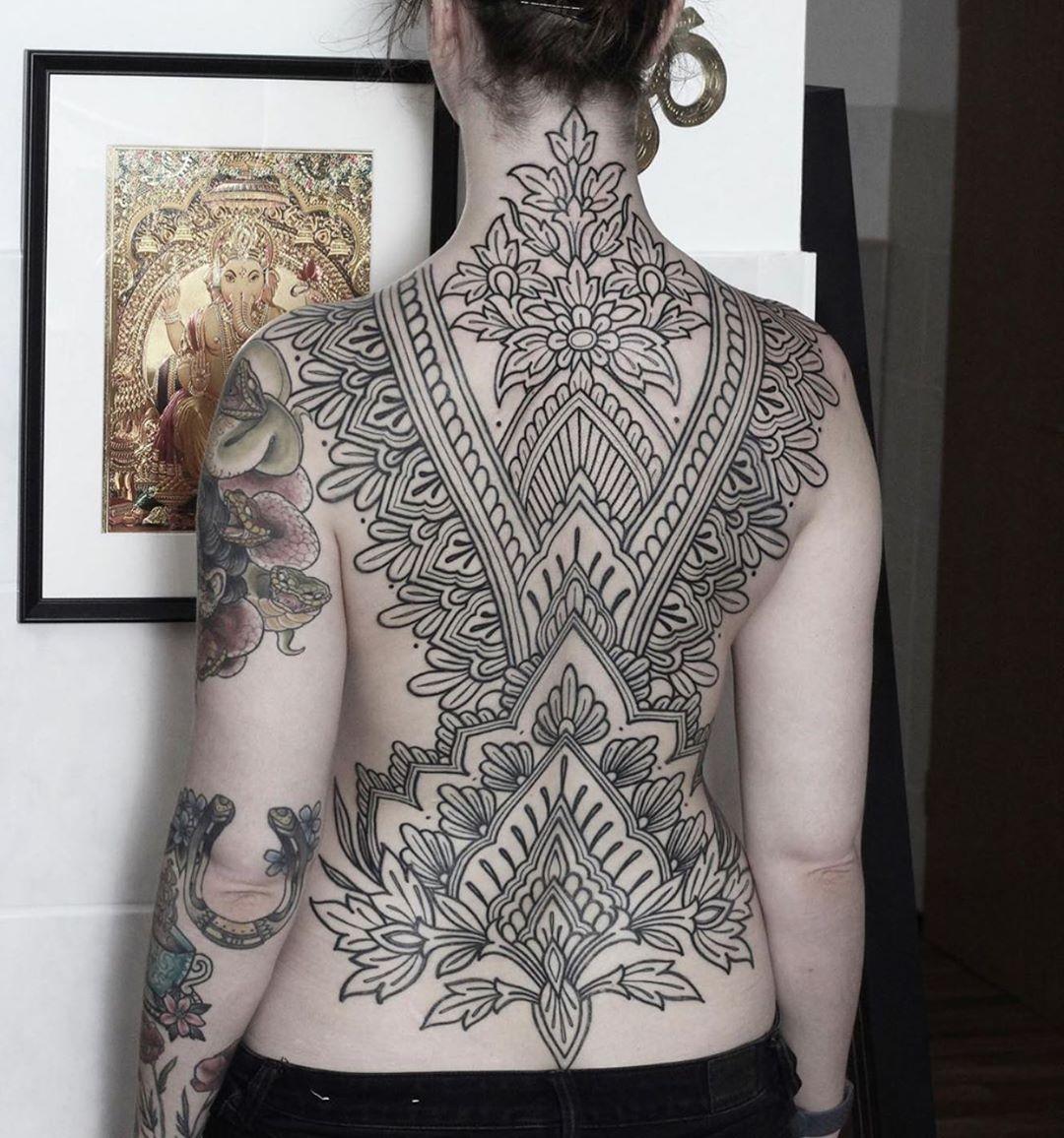 женская татуировка на спине блэкворк