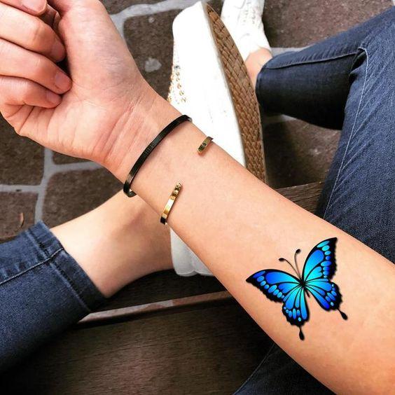 красочная татуировка бабочки на запястье
