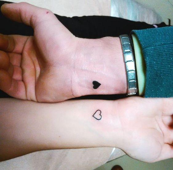 парная татуировка сердца на запястье