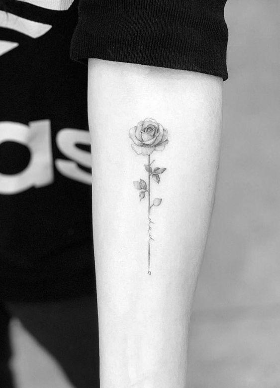 татуировка розы на мужском запястье