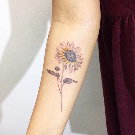 татуировка красочного подсолнуха на запястье