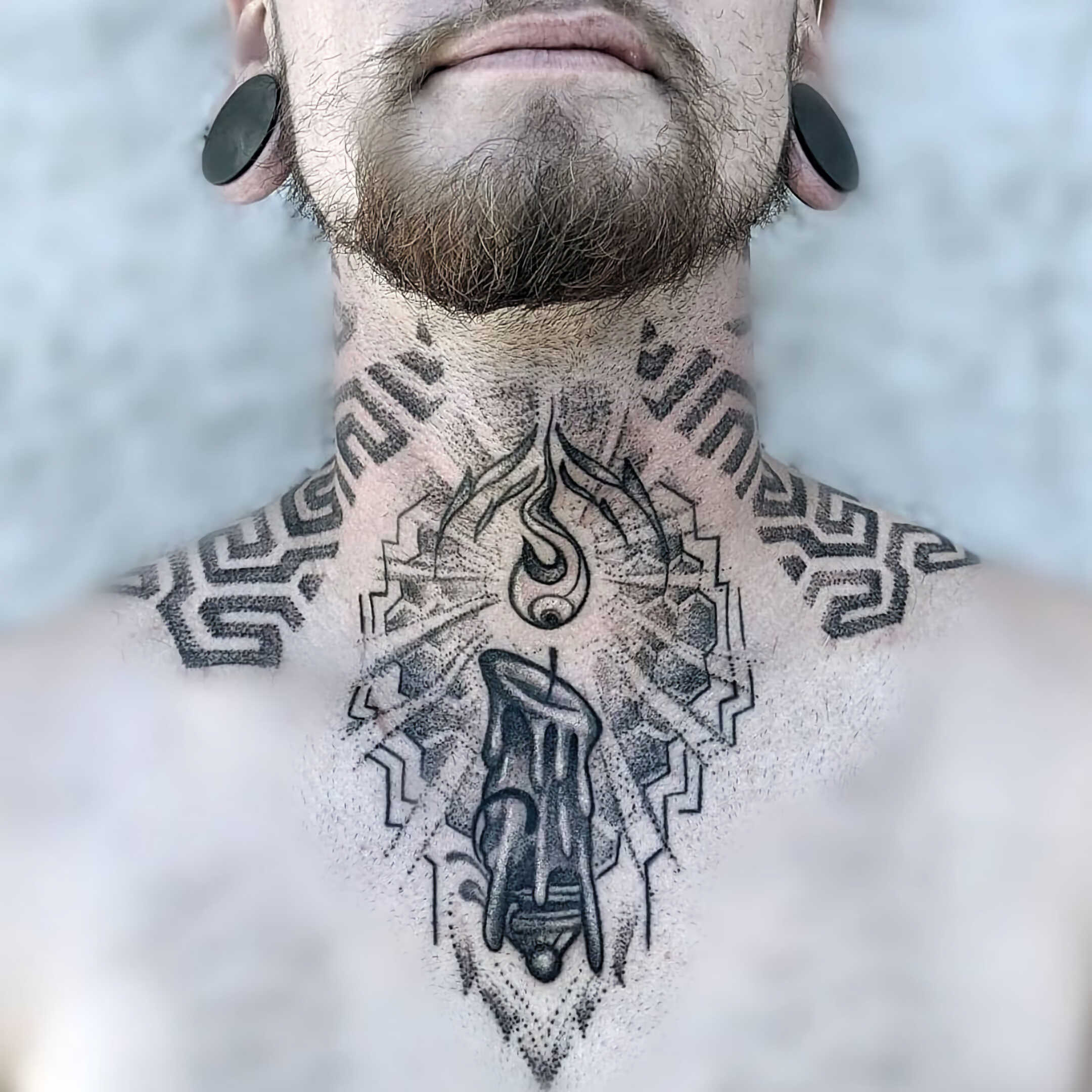 стильное тату на шее для мужчин