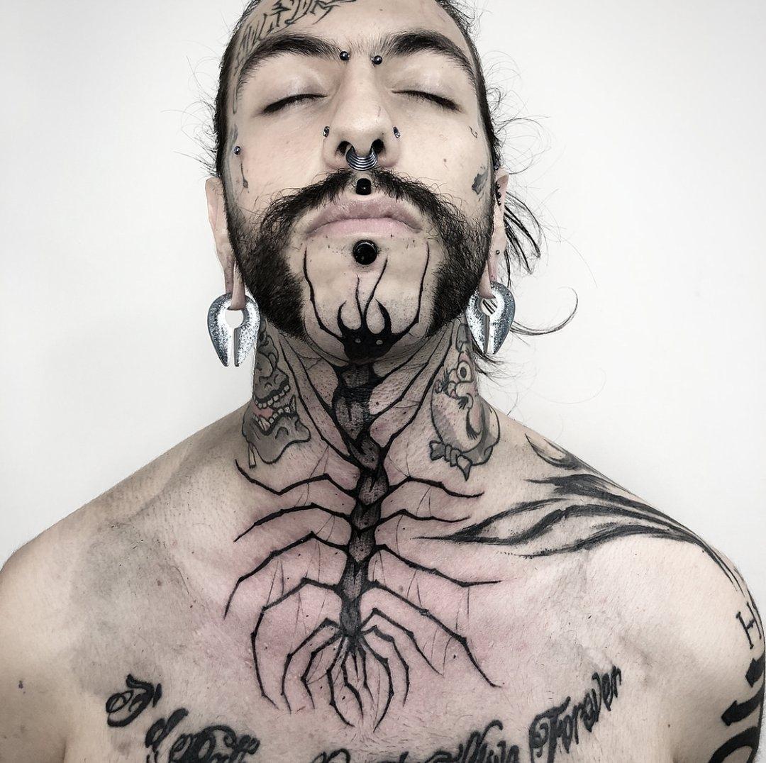 мужская татуировка на шее в стиле блэкворк
