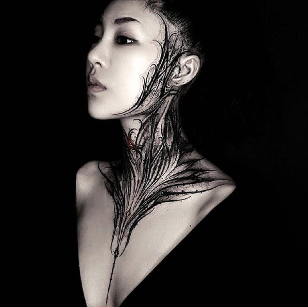 женская татуировка в стиле блэкворк