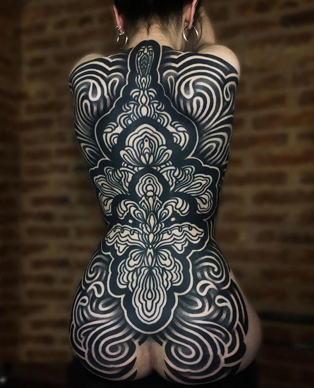женская красивая татуировка в стиле блэворк на всю спину