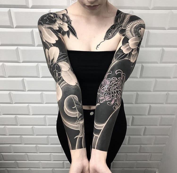 жіночий рукав із зображенням змії в стилі блекворк