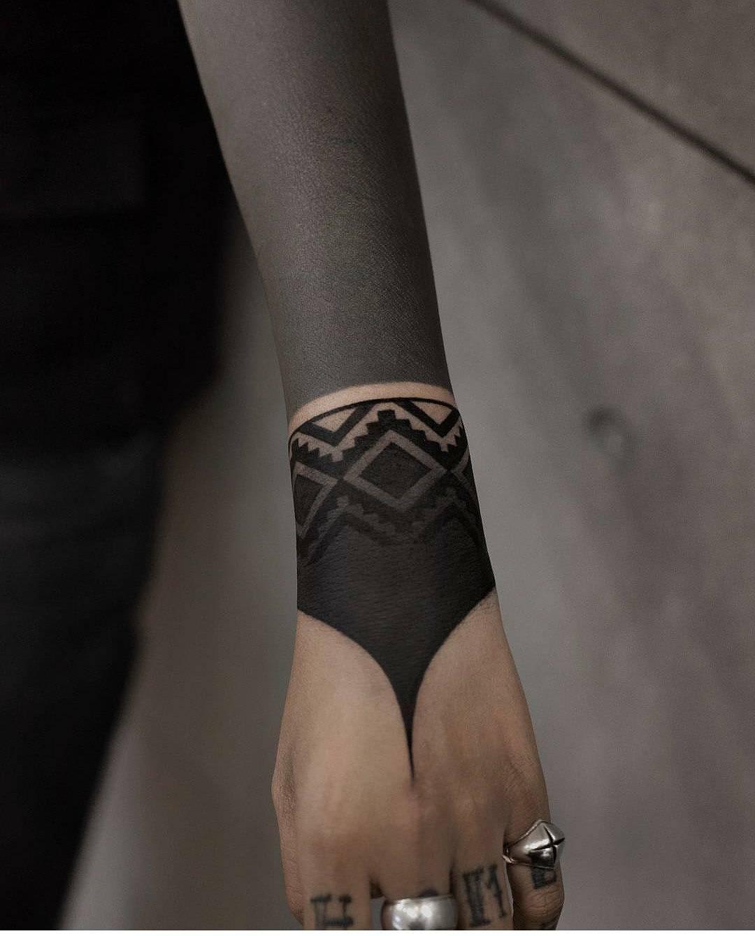 чорний рукав і браслет в стилі блекворк