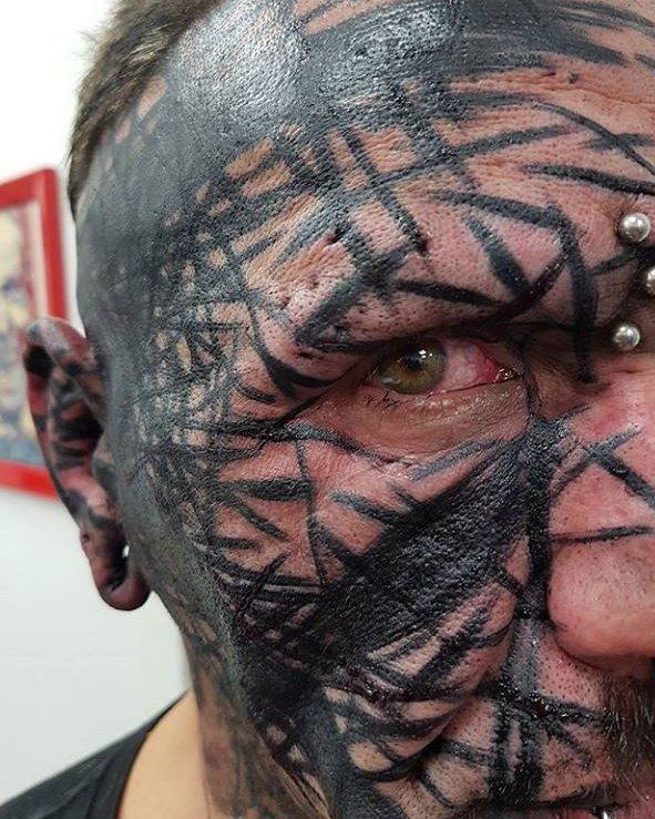 тату в стилі блекворк на обличчі
