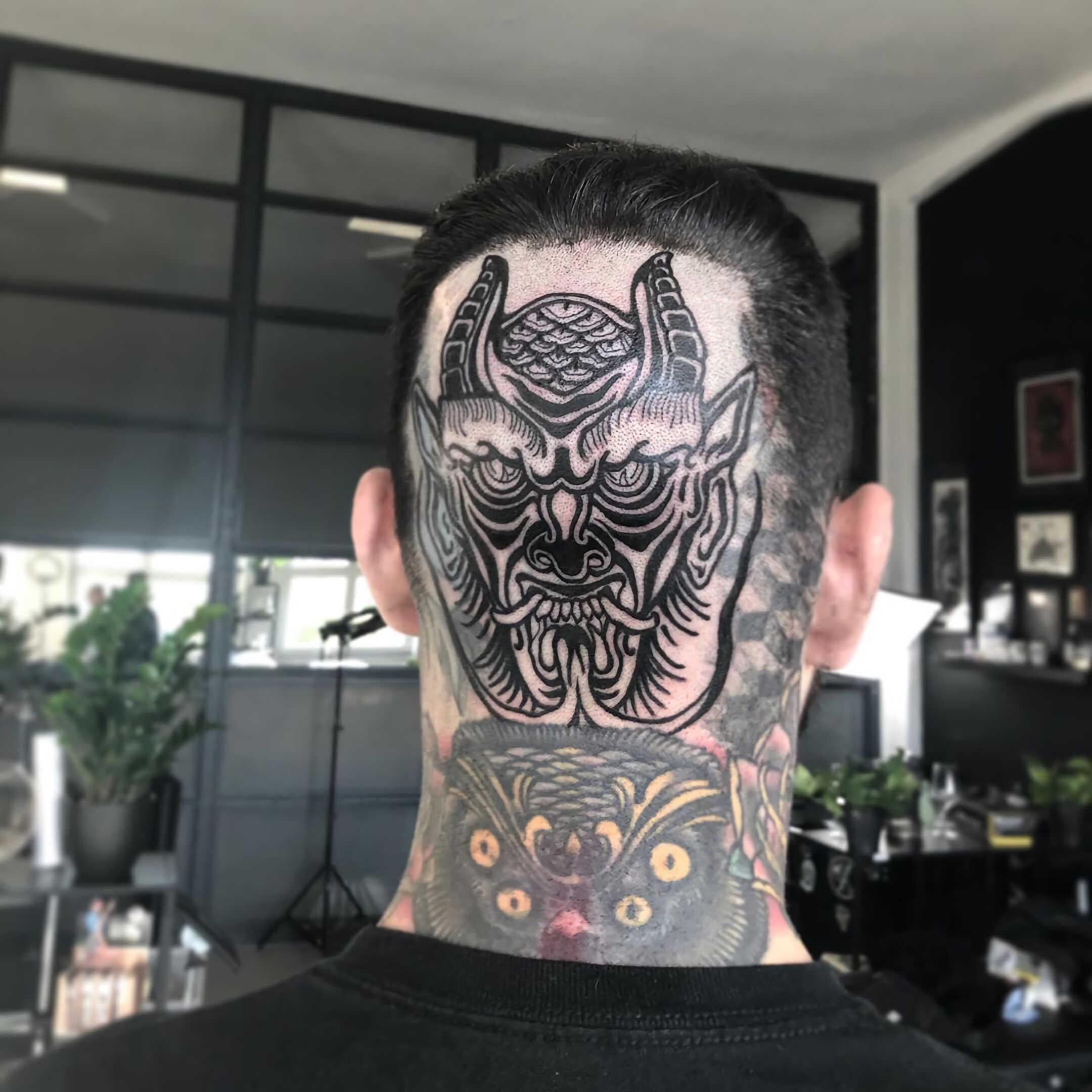 татуировка дьявола на шее