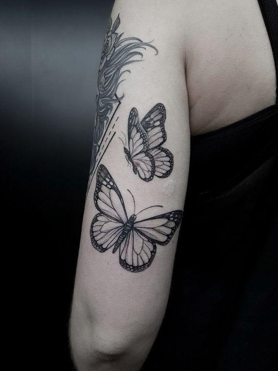 чорні метелики на руці тату