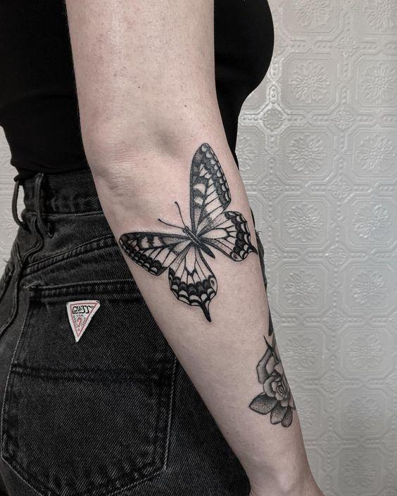 жіноче татуювання чорного метелика