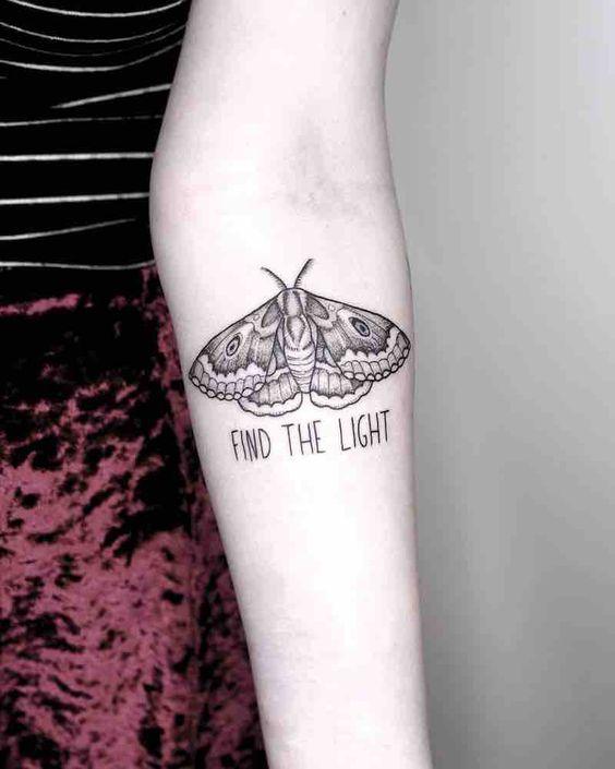 татуювання метелика молі з написом