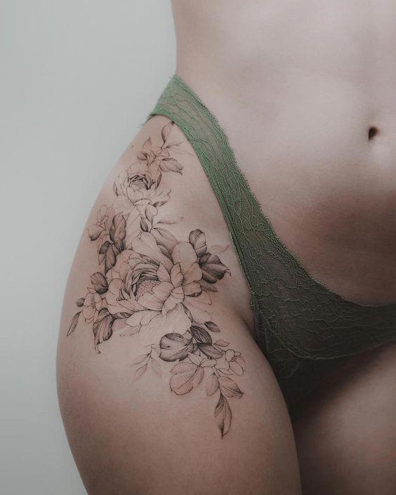 татуювання квітів на бедрі
