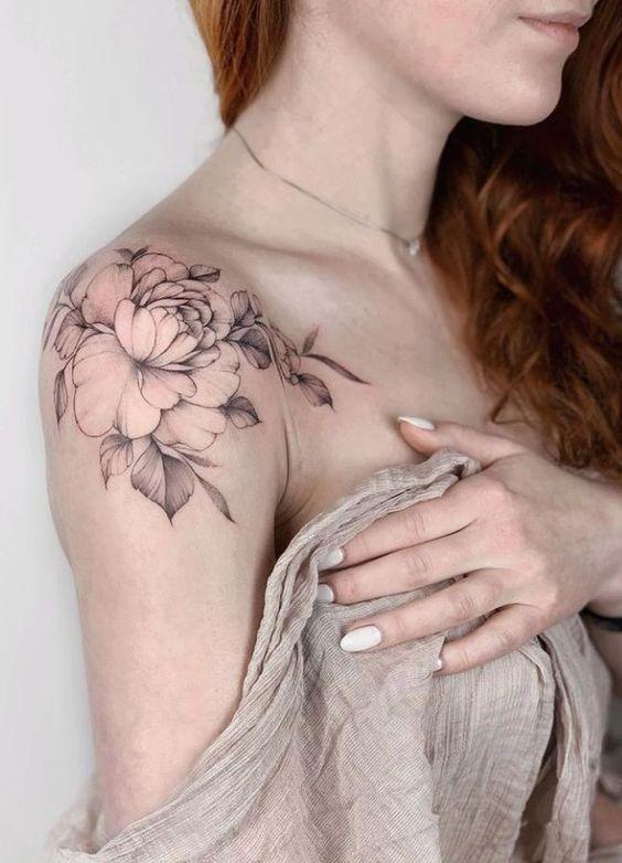 тату цветов на плече