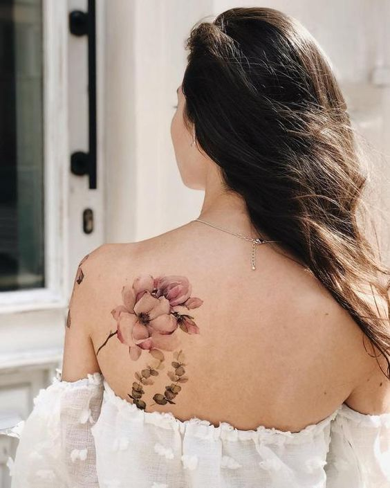 жіноче татуювання квітів на лопатці