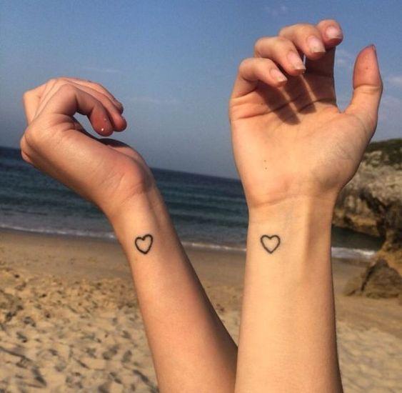 парне татуювання сердечок на зап'ясті