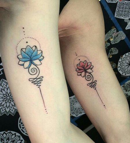 парная татуировка синего и красного лотоса