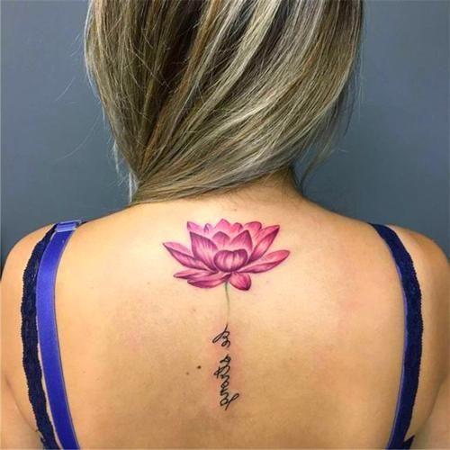 женская татуировка фиолетового лотоса на спине