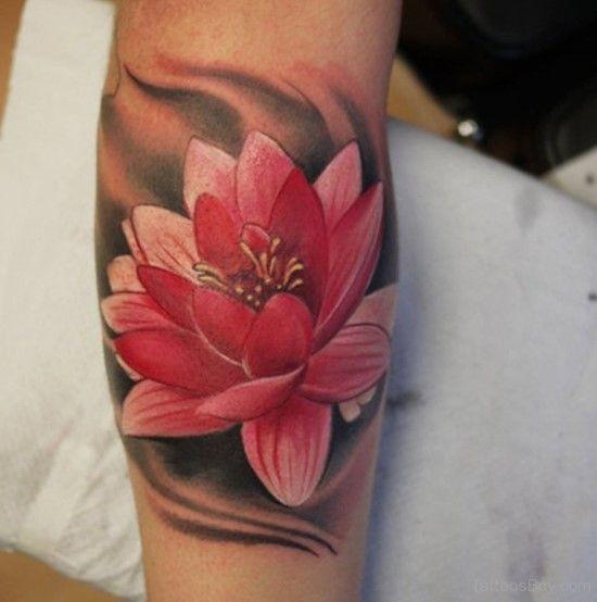 татуировка красного лотоса на руке