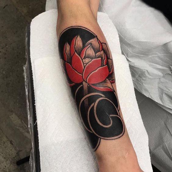 татуировка красного лотоса в японском стиле
