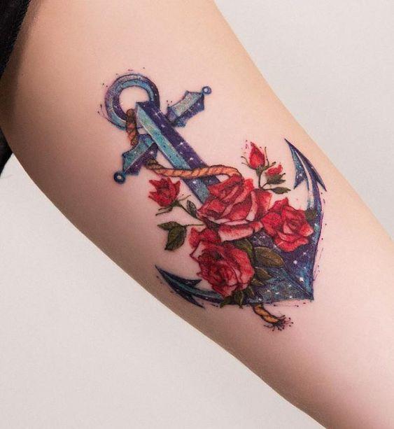 татуировка якоря и розы в акварельном стиле