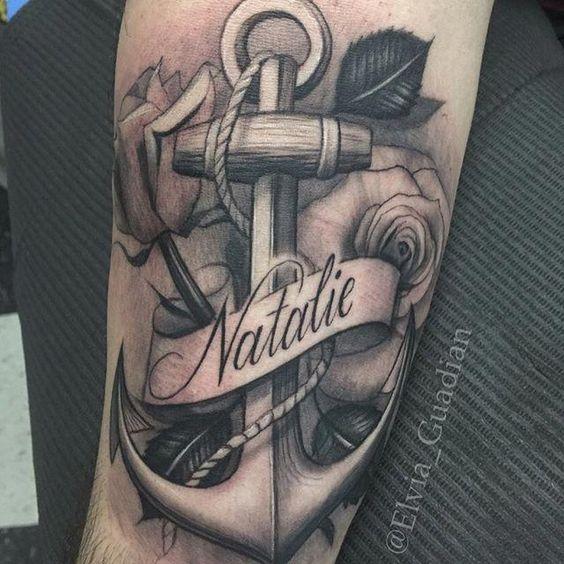 татуювання якоря з ім'ям і трояндою
