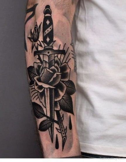 чоловіче татуювання з кинджалом і трояндою