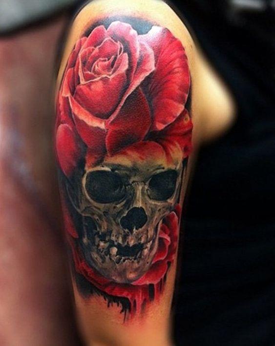 тату черепа и красной розы на руке