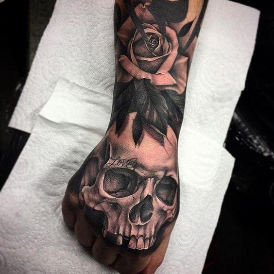 татуировка черепа и розы на руке