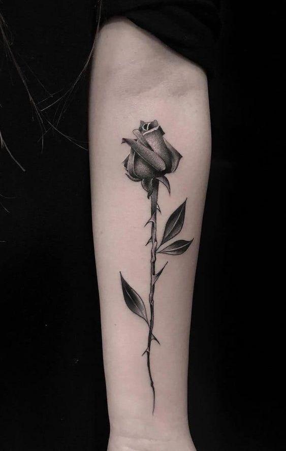 тату однієї троянди для дівчат на руці