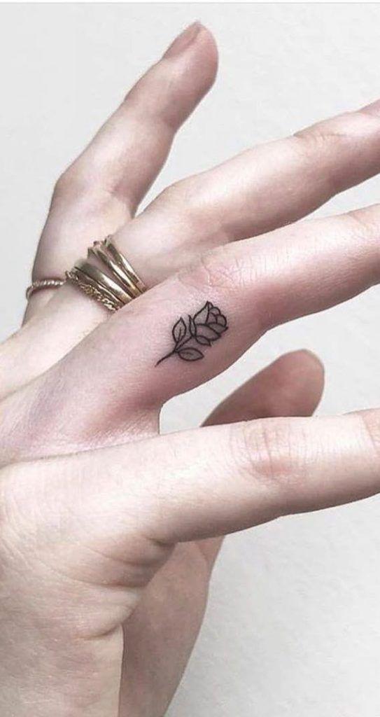 маленькая татуировка розы на пальце