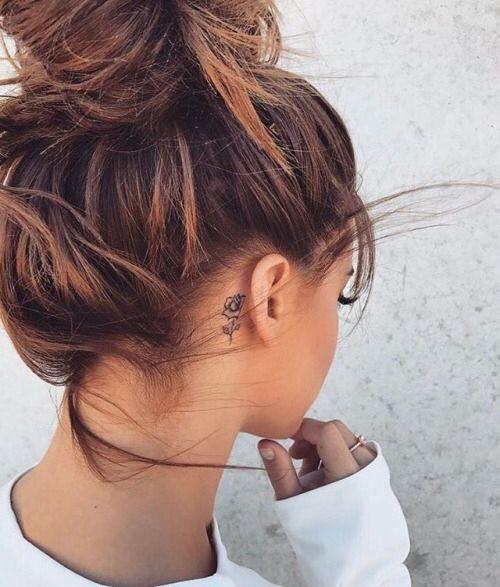 маленькая татуировка розы для девушек за ухом