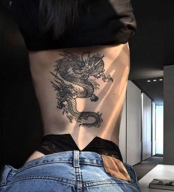 жіноче татуювання дракона на спині