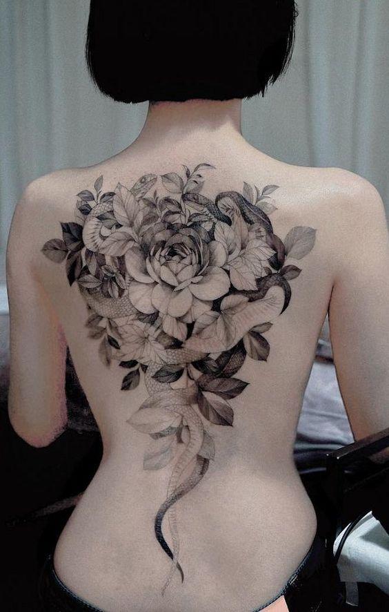 тату змей и цветов на спине